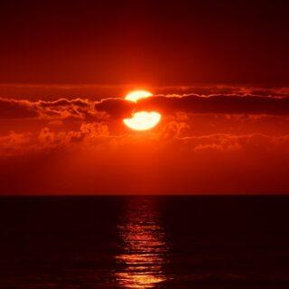 sole rosso sul mare